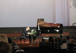 Выпускник школы, пианист Сергей Маркин